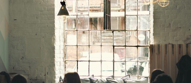 Olika lampor i en restaurang